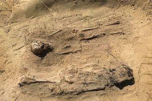 Hàng trăm đồng xu cổ rơi ra từ miệng của 115 đứa trẻ nằm dưới lòng đất