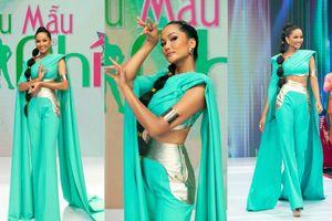 Hoa hậu H'Hen Niê hóa thân thành công chúa Jasmine, thị phạm cho 'Siêu mẫu nhí'