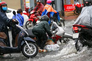 Hàng loạt xe máy té ngã trong mưa ở TP.HCM