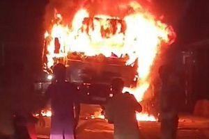 Xe tải va chạm xe máy rồi bốc cháy, 1 người tử vong