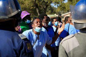 Chính phủ Zimbabwe chi hàng triệu USD mua xe sang dù dân đói khổ