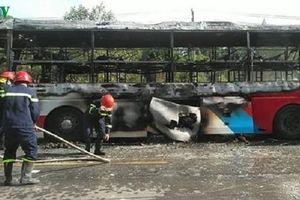 Xe khách giường nằm bốc cháy dữ dội trên Quốc lộ 1A đường tránh Huế