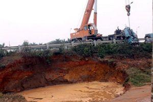 Vỡ đường ống nước sông Đà: Đã uống dầu thải... giờ chết khát?!