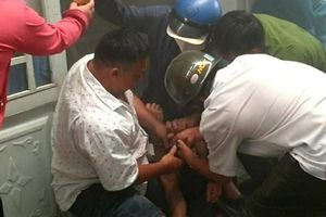 Giải cứu người đàn ông nghi tự thiêu trong phòng trọ