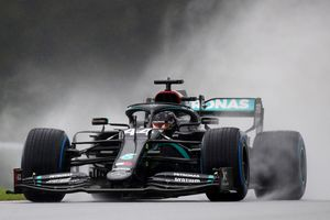 Hamilton giành pole trong ngày trời mưa lớn tại Áo
