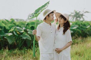 Vợ chồng 'đũa lệch' tình tứ trên cánh đồng rau xanh mướt