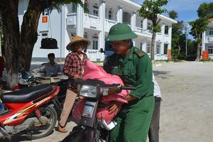 Tặng 1 tấn gạo cho gia đình chính sách ở xã Long Sơn