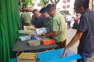 Hà Nội: Tạm giữ gần 2,3 tấn bìa và ruột sách bán thành phẩm có dấu hiệu in lậu