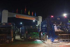 Hàng chục xe chở rác đậu kín đường vì nhà máy xử lý rác đóng cửa