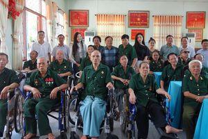 Trao tặng quà cho Trung tâm Điều dưỡng thương binh và Người có công Long Đất