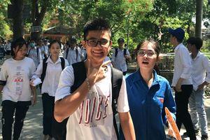 Nhiều thí sinh cười tươi bước ra phía cổng trường thi vì đề Tiếng Anh dễ