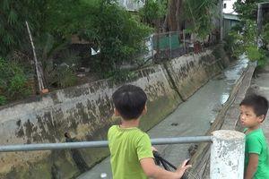 Người dân ngất xỉu vì hít phải mùi độc hại từ suối ô nhiễm