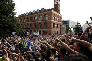 'Quẩy' xuyên đêm, nhiều CĐV Leeds United bị bắt giữ