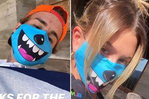 Vợ chồng Justin Bieber tạo dáng nhắng nhít với khẩu trang hoạt hình đôi