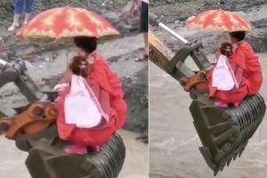 Lũ cuốn trôi cầu, cô dâu chú rể 'cưỡi' máy xúc qua sông đến lễ đường