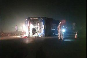 Xe khách bị lật sau va chạm xe bồn, nhiều người bị thương trong đêm