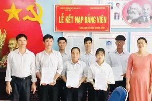 Kết nạp Đảng trong trường học – niềm vinh dự của học sinh Đắk Lắk