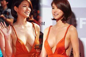 Mỹ nhân Hàn trong bộ váy xẻ táo bạo gây 'nhức mắt' tại Liên hoan phim Busan