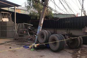 Thùng container văng xuống đường, 3 người thương vong
