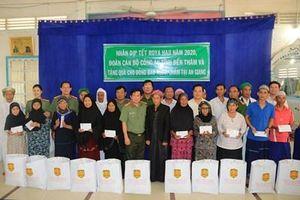 Công an tỉnh An Giang thăm, tặng quà đồng bào Chăm nhân dịp Tết Roya Haji năm 2020