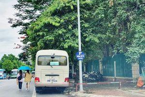 Bãi xe đẩy người đi bộ xuống lòng đường