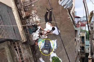 Hà Nội: Xe rùa từ tầng 5 rơi trúng người đàn ông đang đi đường
