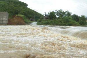 Mưa lớn ở Phú Thọ, TP. Việt Trì ngập trong biển nước, nhiều xã bị cô lập