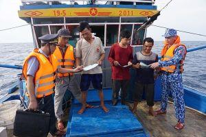 Bộ tư lệnh CSB phối hợp tuần tra, tuyên truyền pháp luật cho ngư dân khu vực vùng biển Vịnh Bắc Bộ