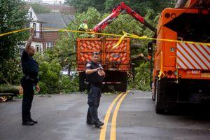 Bão Isaias với mưa to gió lớn tàn phá thành phố New York