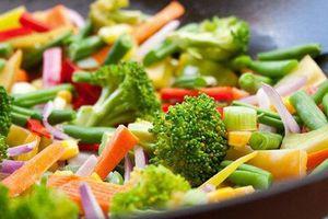 Cách ăn rau tưởng lành mạnh, nhiều người thích hóa ra có thể 'phá hoại' cơ thể
