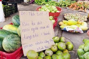 Phía sau tấm biển 'Không đeo khẩu trang bán đắt gấp đôi' của anh bán rau