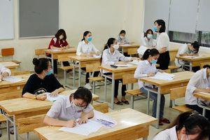 Cận cảnh thí sinh đeo khẩu trang làm bài trong phòng thi