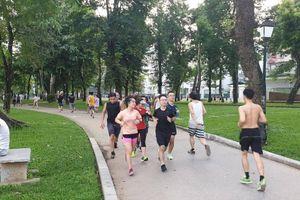 Phớt lờ Covid-19, nhiều người Hà Nội vẫn quên đeo khẩu trang nơi công cộng
