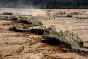 Tin lũ lụt mới nhất ở Trung Quốc: Sập cầu ở thác nước màu vàng lớn nhất thế giới, khách du lịch không được tham quan