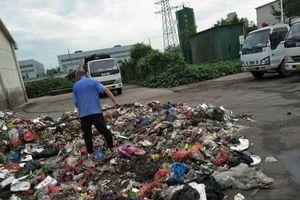 Mất giấy báo trúng tuyển đại học, công nhân vệ sinh lục tung hơn 8 tấn rác để tìm lại cho nam sinh