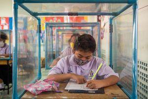 Trẻ em Thái Lan học trong hộp cách ly ngăn Covid-19