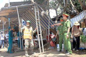 Đắk Nông: Cưỡng chế vi phạm, dẹp chợ ven đường sau tai nạn 6 người chết