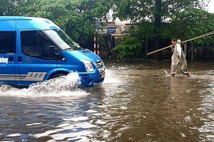 Nhiều tuyến phố ở Hải Phòng ngập sâu sau trận mưa lớn