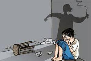 Gã cha dượng đánh đập, châm thuốc lá vào bé gái 6 tuổi sắp phải lĩnh án