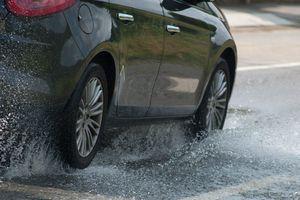 Nguy hiểm chết người: Xe bị 'trượt nước' khi trời mưa