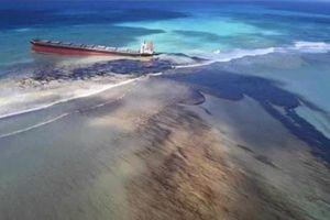 Tàu Nhật Bản chở gần 4.000 tấn dầu bị gãy đôi sau nhiều ngày đâm vào rạn san hô trên biển
