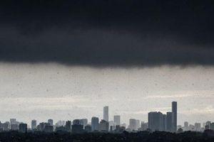 24h qua ảnh: Mây đen phủ kín bầu trời trong trận mưa ở Hà Nội