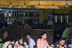 Hà Nội: Nhiều hàng quán buôn bán bình thường sau yêu cầu giãn cách