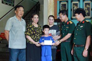 Ban CHQS TP Cẩm Phả: Đỡ đầu học sinh có hoàn cảnh khó khăn