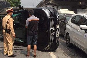 Mercedes GLC 250 bị lật sau tai nạn