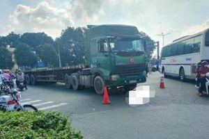 Video TNGT ngày 22/8: Một người tử vong khi bị xe container cuốn vào gầm
