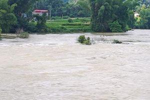 Nỗ lực tìm kiếm nạn nhân bị nước lũ cuốn trôi