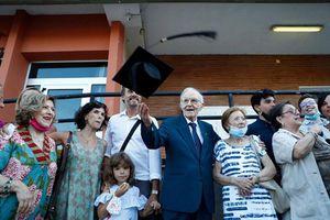 Cuộc đời 'kỳ lạ' của sinh viên cao tuổi nhất Italy vừa tốt nghiệp