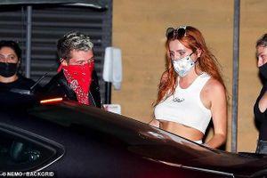 Bella Thorne mặc crop top ngắn cũn, lộ chân ngực táo bạo ra phố