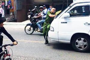 Bắt đối tượng điều khiển ô tô lao vào cảnh sát
